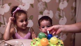 E 两年的愉快的小男孩庆祝他的与他的家庭,他的母亲的生日和少许 股票录像