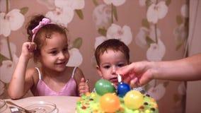 E 两年的愉快的小男孩庆祝他的与他的家庭,他的母亲的生日和少许 股票视频