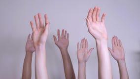 E 人人群提高了生活方式他们的表示协议和支持的手 影视素材