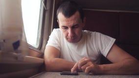 E 人旅客键入在生活方式火车的一则互联网网消息 影视素材