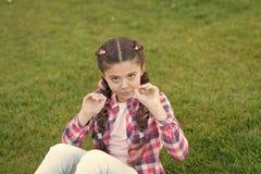 E 公园和庭院 游荡的孩子 女孩小孩在公园花费休闲户外 女孩坐草  免版税库存照片