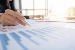 E ?? 分析预算计划和统计的企业队 库存照片