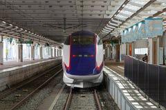 E3系列在Shinjo stat的子弹(高速或Shinkansen)火车 库存图片