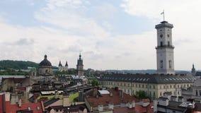 E 古城的全景 老大厦屋顶  乌克兰利沃夫州市议会,道明会教堂 股票视频