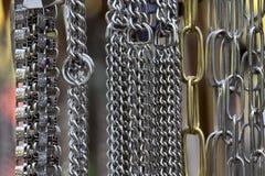 E 各种各样的垂悬的金属链子 库存照片