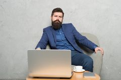 E 商人工作膝上型计算机 人饮料咖啡在营业所 反应的企业电子邮件 ?? 库存图片