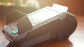 E 在手中举行信用卡,重击卡片在信用卡终端读者机器和用途手指新闻密码的人 影视素材