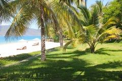 E 在沙滩的椅子在海附近 旅游业的夏天休假和假期概念 激动人心的热带l 免版税库存图片
