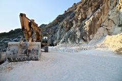 E 2019?3?28? 在白色卡拉拉大理石猎物的一种挖掘机  免版税库存照片
