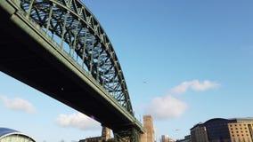 E 在连接泰恩河畔纽卡斯尔和加兹海得的泰恩河的泰恩河桥梁 股票视频