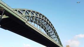 E 在连接泰恩河畔纽卡斯尔和加兹海得的泰恩河的泰恩河桥梁 影视素材