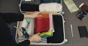 E 女孩在手提箱投入LGBT的旗子 影视素材