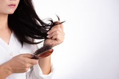 E 妇女显示她的与损坏的长的损失头发的刷子和看她的头发 库存图片