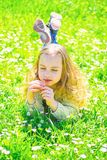 E E 孩子享受春天晴朗的天气,当说谎在时 免版税库存照片