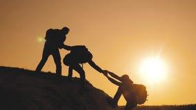 E 小组游人生活方式借一个帮手攀登峭壁 影视素材