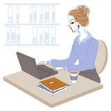 E 少女在工作在办公室坐在桌和工作上在计算机 r 皇族释放例证