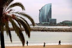 E 巴塞罗那地平线有海、海滩和现代大厦的 免版税库存图片