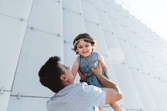 E 幸福家庭女儿在度假拥抱他的爸爸 图库摄影