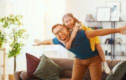 E 幸福家庭女儿拥抱他的爸爸 免版税库存照片