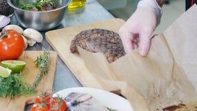E 把一块油煎的牛排放的厨师在一个切板上 股票录像