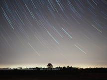 E 抽象例证闪电夜空 在夜空的星形 图库摄影