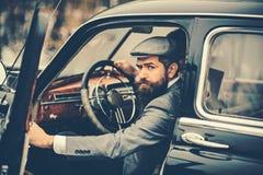 E 有胡子的人司机旅行乘汽车 免版税库存图片