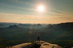 E 梦想的老保守风景,反弹在美好的v的橙色桃红色有薄雾的日出 免版税库存照片