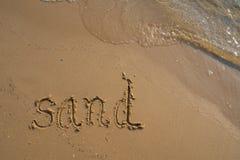 E 沙子词被写入沙子在海滩在罗勇,泰国 库存图片