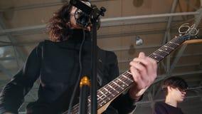 E 演奏吉他和唱歌的人独奏者 股票视频