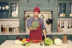 E E 烹调素食食谱的厨师 素食烹调富有的维生素 人厨师 库存照片