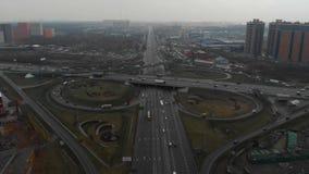 E E 照相机飞行在路的半径 股票录像