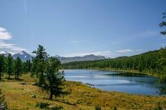 E 积雪覆盖的山,湖 库存图片