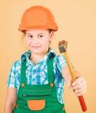 E 5?1? 维修车间 锤子修理在车间的在手中小女孩 r ?? 免版税图库摄影