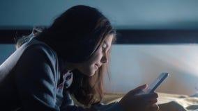 E 聊天小青少年的敞篷生活方式的女孩在社会媒介信使夜写一则消息 影视素材