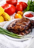 E 肉bbq肋骨服务用调味汁和新鲜蔬菜 图库摄影