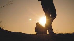E 腿生活方式剪影走在山的上面的人的小组徒步旅行者 影视素材