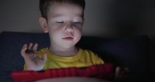 E 花费悠闲时间的小男孩打在的流动比赛和击碎明亮 股票视频