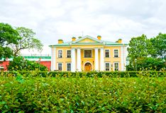 E 警卫室的大厦彼得和保罗的,用俄语:Petropavlovskaya堡垒 免版税库存照片
