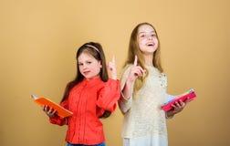 E 读书的学生 学校项目 有笔记本的小女孩 友谊和妇女团体 ?? 库存照片