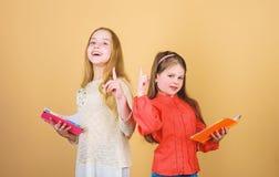 E 读书的学生 学校项目 有笔记本的小女孩 友谊和妇女团体 ?? 免版税库存图片