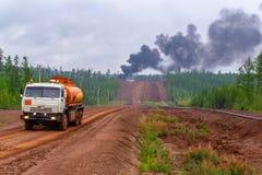 E _非法烧伤废物,毒烟,火和发烟,云彩毒性烟 在森林和能源厂的烟 ?? 免版税库存照片