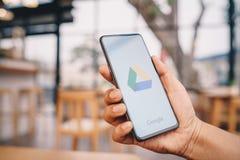 E 23,2019:拿着与谷歌推进应用程序的人手小米Mi混合3在屏幕上 谷歌驱动是自由的 图库摄影