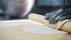 Бейкер готовит тесто для яблочного пирога на коммерческой кухне видеоматериал