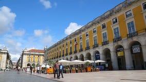 Большая площадь, окруженная желтыми зданиями в центре Лиссабона, с панорамным видом сток-видео