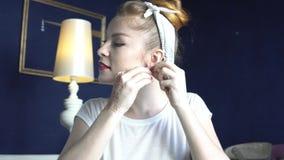 Девушка-модельер, пытающаяся на ручной работе акции видеоматериалы