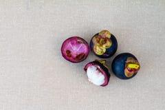 在桌上的山竹果树果子 免版税库存图片