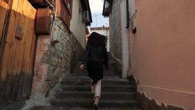 Το κορίτσι συσσωρεύει τα σκαλοπάτια απόθεμα βίντεο