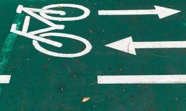 自行车道,与箭头的路标 免版税库存图片