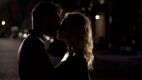 Чувственный поцелуй 2 любящих людей, романтичных пар наслаждаясь датой, выравнивая время стоковые фотографии rf