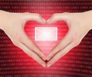 e вручает форму почты удерживания сердца Стоковые Фотографии RF